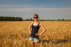 En flicka i ett vetefält fotografering för bildbyråer