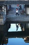 En flicka i gammal stad Arkivbild