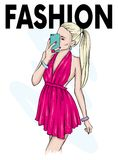 En flicka i en härlig klänning gör selfie med en smartphone Mode, stil, kläder och tillbehör också vektor för coreldrawillustrati Royaltyfri Fotografi