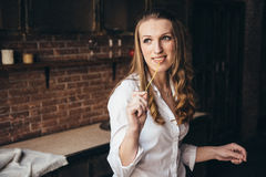 En flicka i köket förbereder en deg Royaltyfri Bild