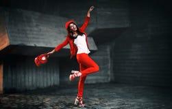 En flicka i en röd dräkt Fotografering för Bildbyråer