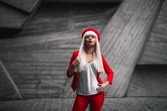 En flicka i en röd dräkt Royaltyfri Fotografi