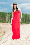 En flicka i rött posera för klänning arkivbild