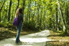 En flicka i skogen Arkivfoto
