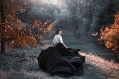 En flicka i en tappningklänning royaltyfri bild