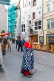 En flicka i traditionell dräkt Arkivfoton