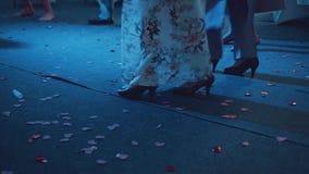 En flicka i en vacker, lång klänning som dansar i en nattklubb stock video