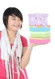 En flicka kastade en blick på högen av gåvor Arkivfoton