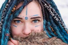 En flicka med blåa hårdreadlocks Framsidan som målas med vattenfärger, stänger sig upp fotografering för bildbyråer