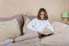 En flicka med en bok Royaltyfria Foton