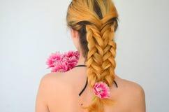 En flicka med en bukett av tulpan Royaltyfri Bild