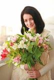 En flicka med en bukett av blommor Royaltyfria Foton