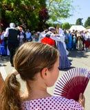 En flicka med en fan som ska hållas coolt Royaltyfria Foton