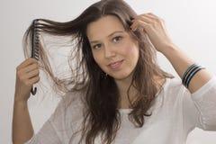 En flicka med en hårkam och ett armband royaltyfri fotografi