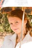 En flicka med ett paraply Arkivbild