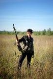 En flicka med ett vapen i hans händer Arkivfoto