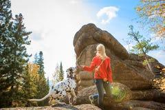 En flicka med hunden Arkivfoton