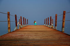 En flicka nära havet Arkivbild