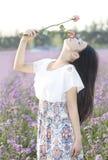 En flicka och en blomma Arkivfoton