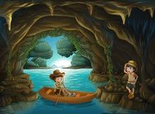 En flicka och en pojke på grottan Arkivbilder