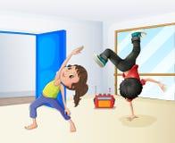 En flicka och en pojkedans Arkivbilder