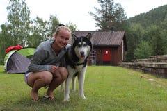 En flicka och ett Siberian skrovligt Royaltyfri Bild