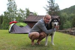 En flicka och ett Siberian skrovligt Fotografering för Bildbyråer