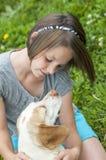 En flicka och hennes hund Arkivbilder