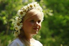 En flicka och tusenskönor Fotografering för Bildbyråer
