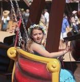 En flicka på en ritt på den Arizona renässansfestivalen Arkivfoto