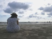 En flicka på stranden Arkivfoto