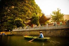 En flicka på trang en flod Royaltyfri Fotografi
