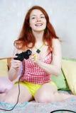 En flicka plays en dataspel royaltyfri foto