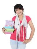 En flicka poserar med att komma med gåvor Royaltyfria Bilder