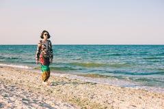 En flicka promenerar stranden Royaltyfria Foton