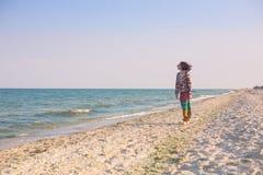 En flicka promenerar stranden Arkivfoton
