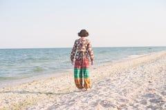 En flicka promenerar stranden Arkivbild