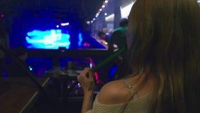 En flicka röker en vattenpipa och dricker öl på en nattklubb stock video