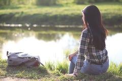 En flicka reser sommaren i landet royaltyfri foto