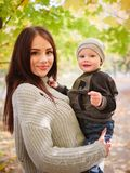 En flicka rymmer hennes lilla son i henne armar Begreppet av familjen arkivbilder
