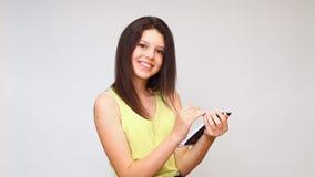 En flicka ser minnestavlan undersöker internet arkivfilmer