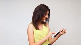 En flicka ser minnestavlan undersöker internet lager videofilmer