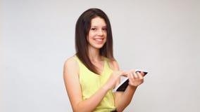 En flicka ser minnestavlan undersöker internet stock video