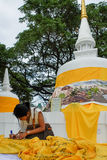 En flicka skriver hennes hopp på den årliga Lumpini kulturella festivalen Arkivbild