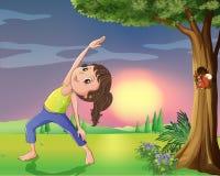 En flicka som övar nära ett träd med ekorren royaltyfri illustrationer