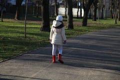 En flicka som bort går Arkivfoto