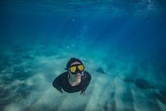 En flicka som gör att snorkla i tropiskt vatten royaltyfri foto