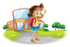 En flicka som hem går från skola Arkivbilder