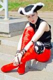 En flicka som kläs som en piratkopiera Royaltyfria Foton