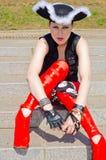 En flicka som kläs som en piratkopiera royaltyfria bilder